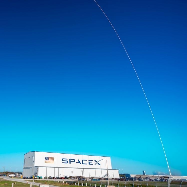 Запуск Falcon 9 сновым разгонным блоком отменили заминуту достарта