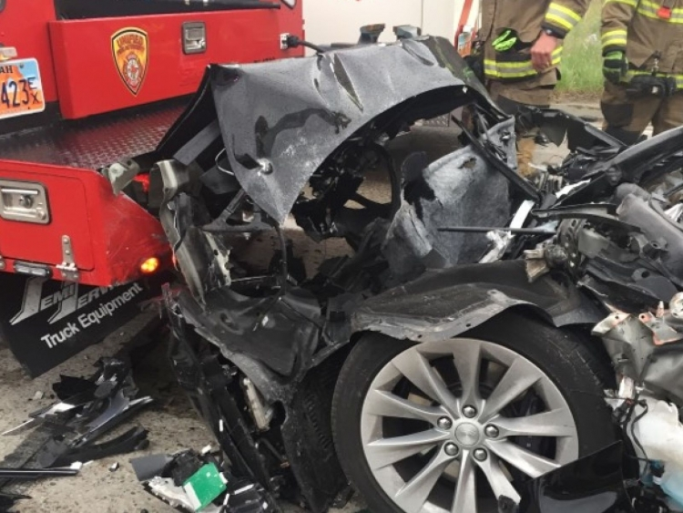 """В США начали расследование аварии Tesla Model S, двигавшейся с включённым автопилотом"""""""