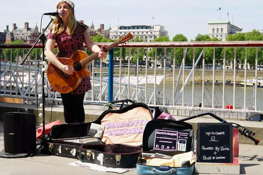 Уличные музыканты встолице Англии сейчас принимают ибесконтактные платежи