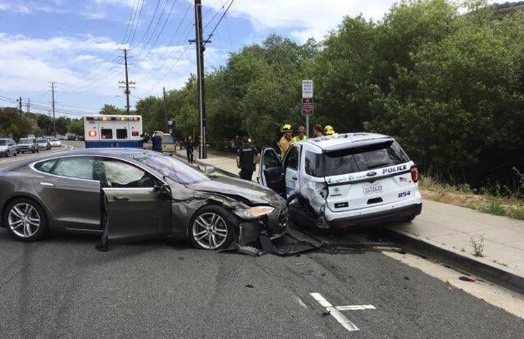 """Электрокар Tesla на автопилоте попал в очередную аварию"""""""