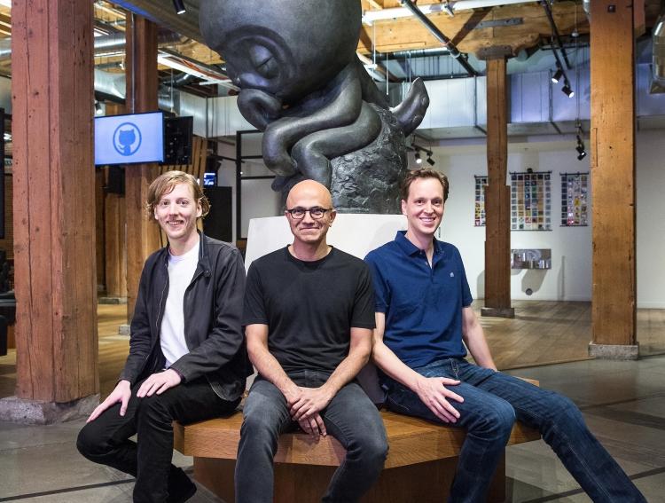 Слева направо: глава Github Крис Ванстрат, Сатья Наделла и Нэт Фридман из Microsoft