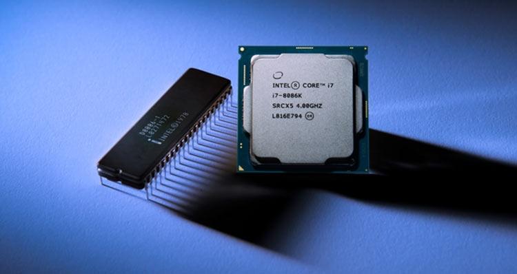 Первый 16-битный процессор Intel 8086, вышедший на рынок в июне 1978 года и юбилейный Core i7-8086K