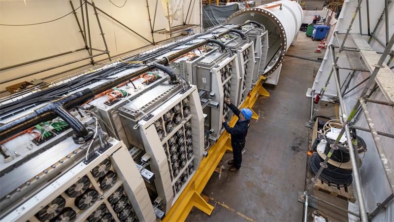 Внутреннее устройство подводного ЦОД Project Natick (источник фото: Франк Бетермин)
