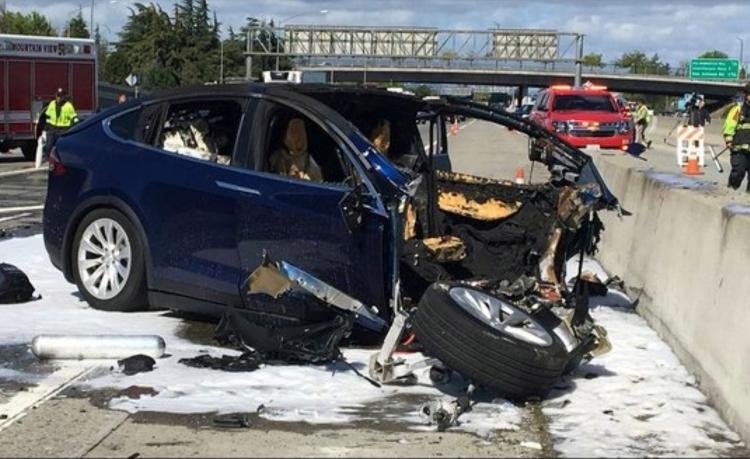 """За секунды до аварии Tesla Model X увеличил скорость"""""""