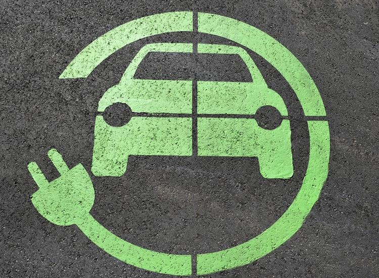 В Москве появились первые парковки для электромобилей