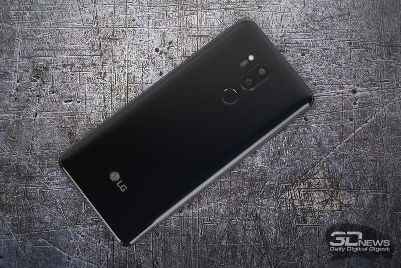 LG G7 ThinQ, тыльная панель: основная камера, светодиодная вспышка, лазерные помощники автофокуса; под камерой – сканер отпечатков пальцев