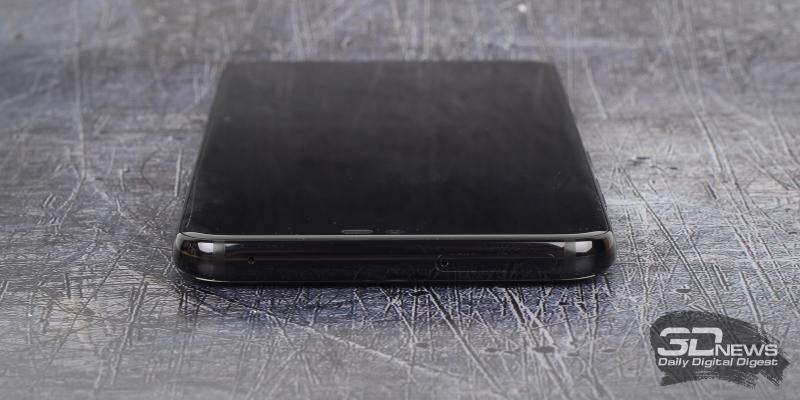 LG G7 ThinQ, верхняя грань: микрофон и слот для SIM-карт и/или карты памяти