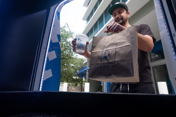"""«Беспилотный» фургон Ford Transit Connect начал доставлять еду и товары"""""""