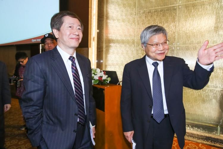 Новый председатель совета директоров Марк Лиу (Mark Liu) и исполнительный директор Си Си Вэй (C. C. Wei), фото Maurice Tsai/Bloomberg