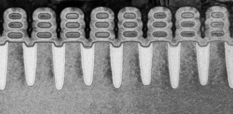 Реальное изображение сечения транзисторных каналов с затворами вокруг наностраниц (IBM, техпроцесс 5 нм)
