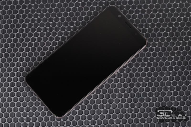 ASUS Zenfone Max Pro (M1), лицевая панель: над экраном – фронтальная камера, датчик освещенности, решетка разговорного динамика и индикатор состояния