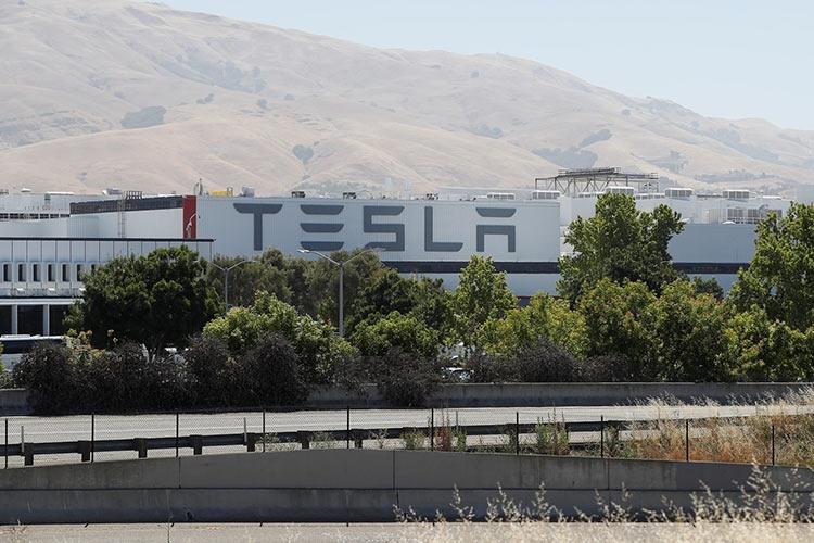 """Tesla хочет получить данные бывшего сотрудника из Dropbox и Facebook"""""""