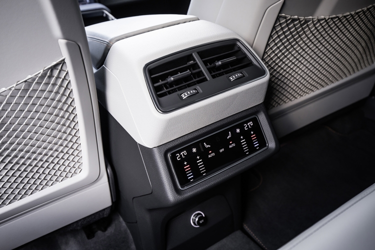 """Рассекречен высокотехнологичный интерьер кроссовера Audi e-tron"""""""