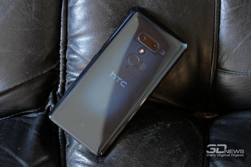 HTC U12+, тыльная панель: два объектива основной камеры, дополнительный микрофон, двойная светодиодная вспышка и лазерный помощник автофокуса; под этим блоком – сканер отпечатков пальцев