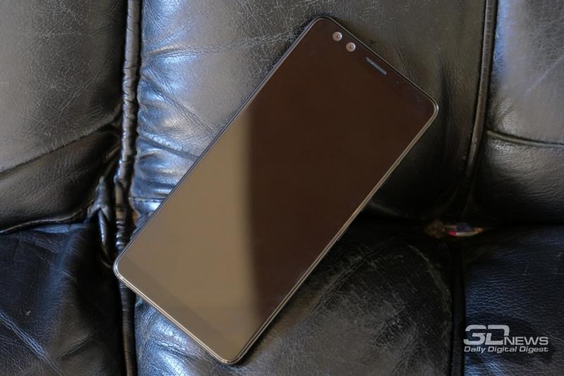 HTC U12+, лицевая панель: над дисплеем находятся два объектива фронтальной камеры, разговорный динамик, микрофон и датчик освещенности