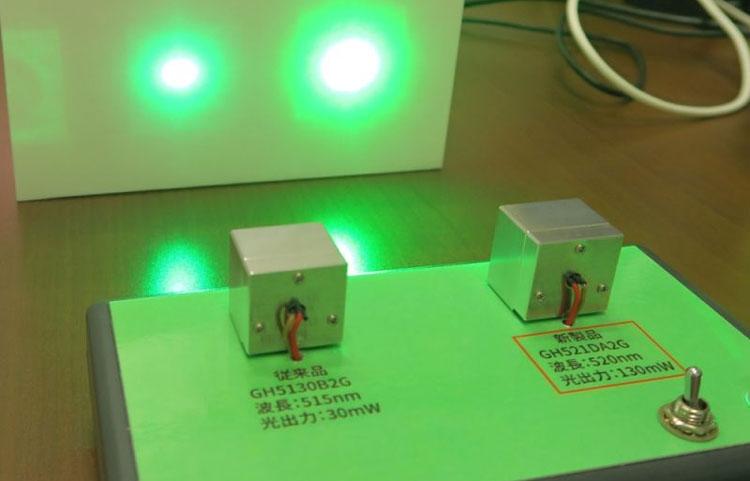 Сравненние силы световго потока старого лазера (30 мВт, слева) и нового (130 мВт, справа)