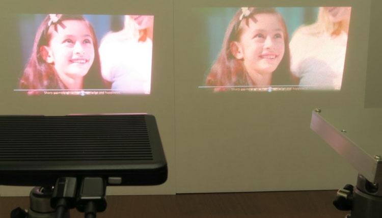 Слева проектор на новом зелёном лазере Sharp