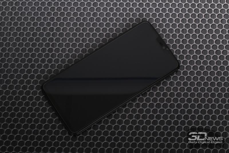 OnePlus 6, лицевая панель: в вырезе – разговорный динамик, фронтальная камера, индикатор состояния и датчик освещения; на экране – защитная пленка