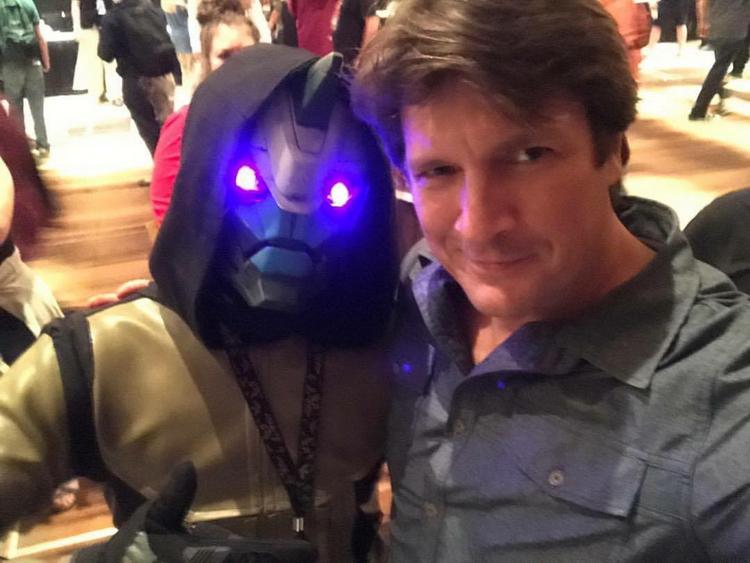 Натан Филлион с поклонником в костюме Кейда-6