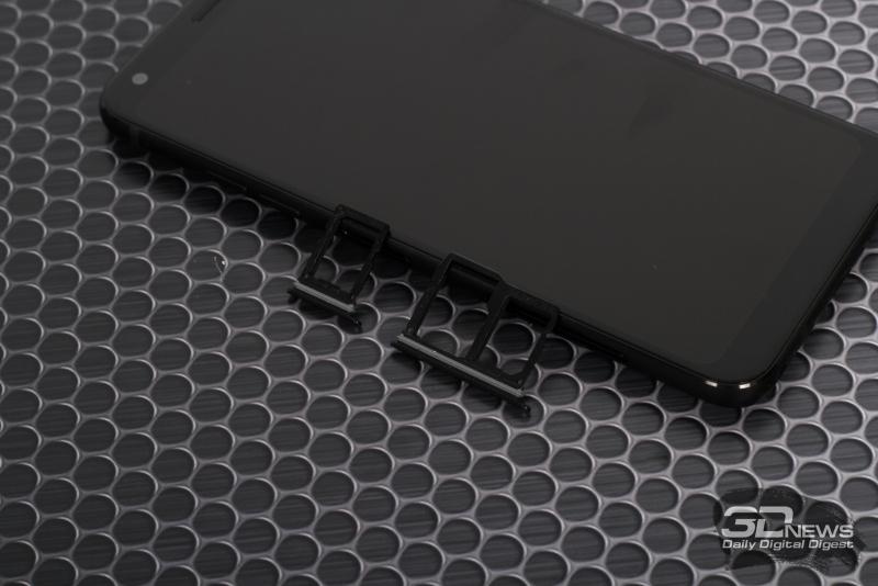 LG Q7+, слоты для двух nano-SIM и карты памяти