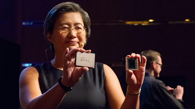 Лиза Су с образцом 7-нм процессора AMD Epyc