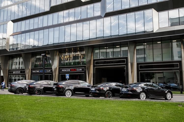 В Москве заработал сервис аренды электромобилей Tesla: 120 000 рублей за три дня