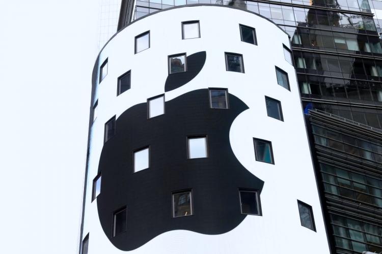 Электронный экран отображает логотип Apple на внешней стороне здания американской биржи Nasdaq в Нью-Йорке после закрытия торгов 2 августа 2018 года, когда капитализация Apple впервые превысила $1 трлн, REUTERS/Mike Segar