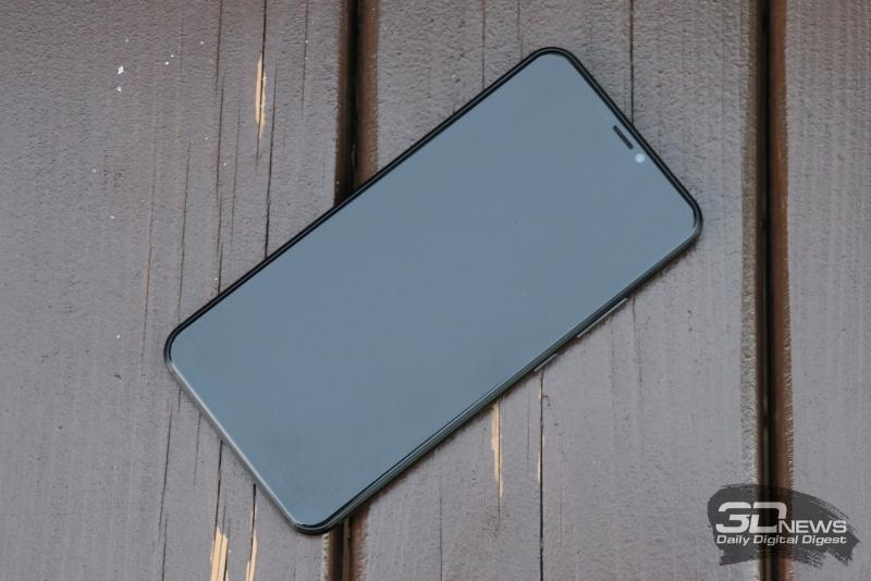 ASUS Zenfone 5Z, лицевая панель: над экраном – фронтальная камера, датчик освещенности, индикатор состояния и решетка разговорного динамика