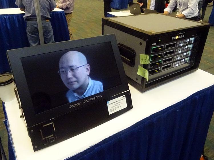 Демонстрация работы 17-дюймового стереоскопического дисплей JDI (справа расположен плеер видео с разрешением 8K)