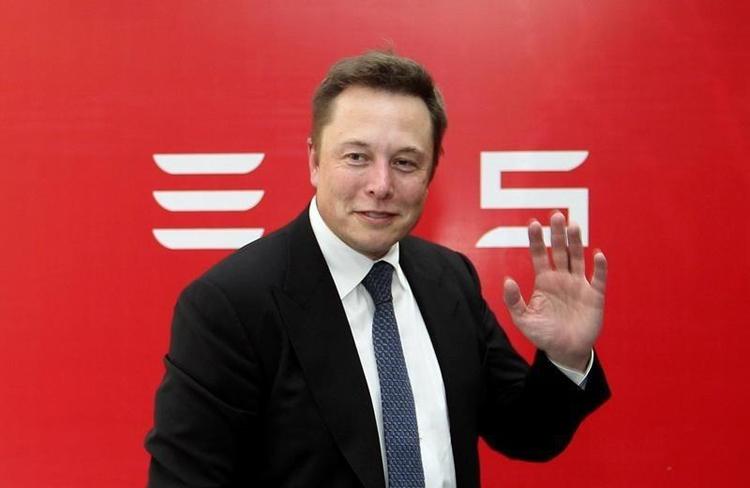 Илон Маск анонсировал новый электромобиль Tesla поцене 2-х Renaul Logan