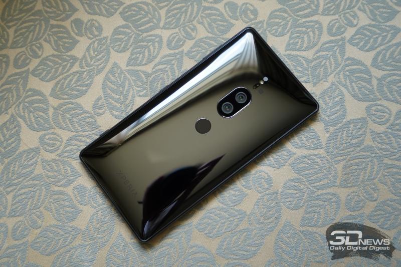 Sony Xperia XZ2 Premium, тыльная панель: почти по центру – сканер отпечатков пальцев, над ним – два объектива камеры со вспышкой и набором датчиков