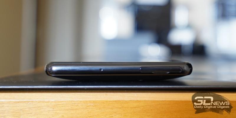 Sony Xperia XZ2 Premium, верхняя грань: разъем для SIM-карт и/или карты памяти и микрофон