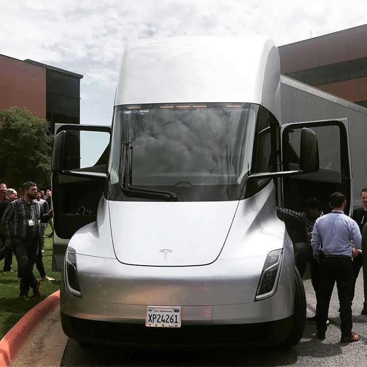 """Электрогрузовик Tesla Semi проделал путешествие по всей стране «в одиночку»"""""""