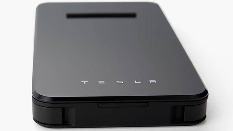 Tesla выпустила пауэрбанк сбеспроводной зарядкой для телефонов