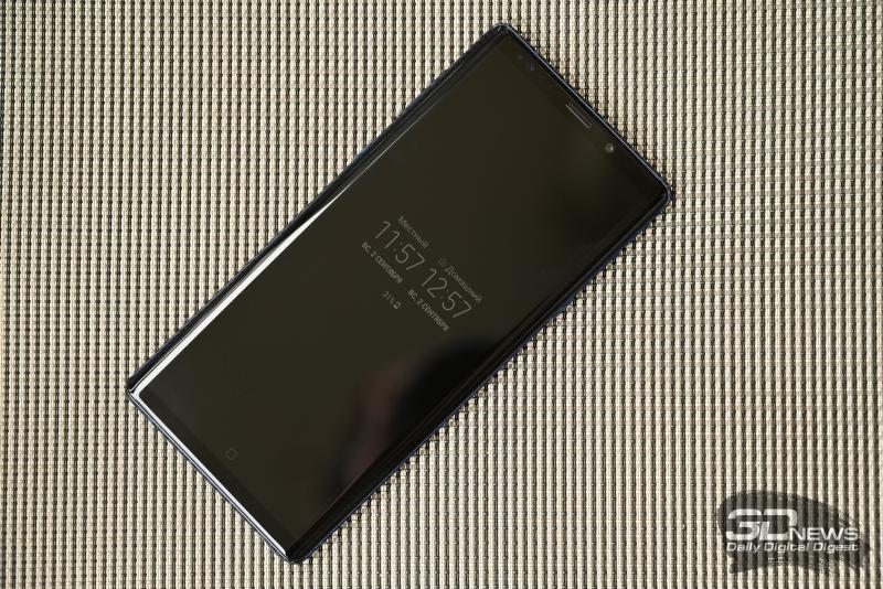Samsung Galaxy Note9, лицевая панель: загнутые к боковым граням дисплей, над ним – разговорный динамик, фронтальная камера, индикатор и различные датчики (сканер радужки, освещения и приближения)