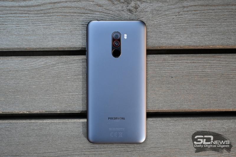 Xiaomi Pocophone F1, задняя панель: двойной модуль камеры с двойной светодиодной вспышкой и сканер отпечатков пальцев, расположенный в том же блоке