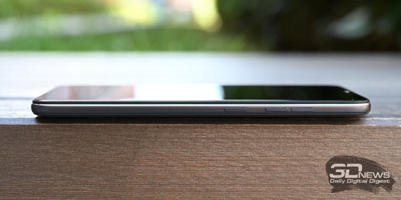 Xiaomi Pocophone F1, правая грань: клавиши включения и регулировки громкости/спуска затвора камеры