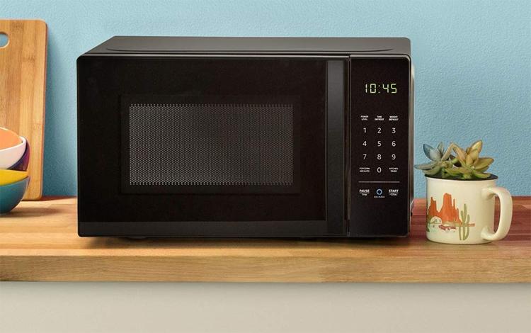 AmazonBasics Microwave: СВЧ-печь с управлением посредством Alexa