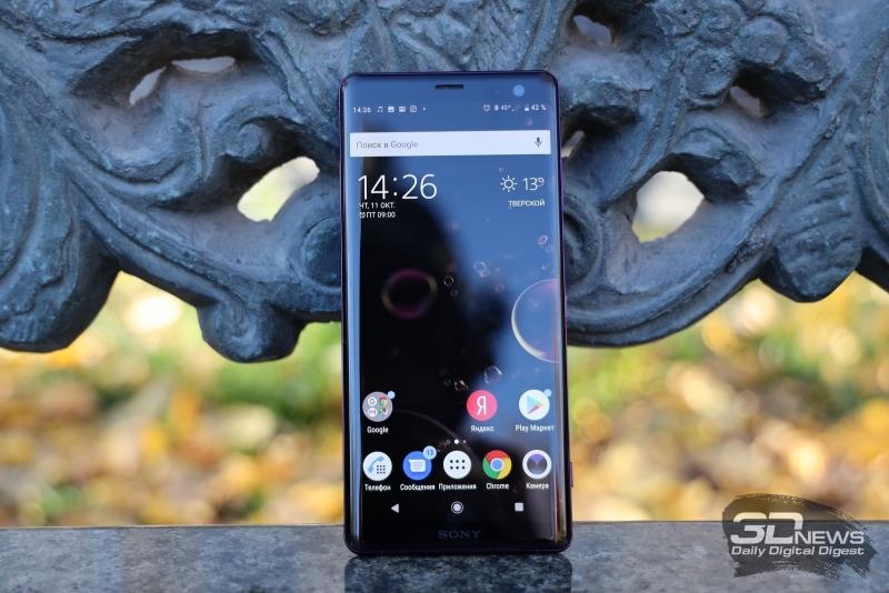 Sony Xperia XZ3, лицевая панель: над дисплеем – индикатор состояния, датчик освещения, разговорный динамик и фронтальная камера; под дисплеем – еще один динамик