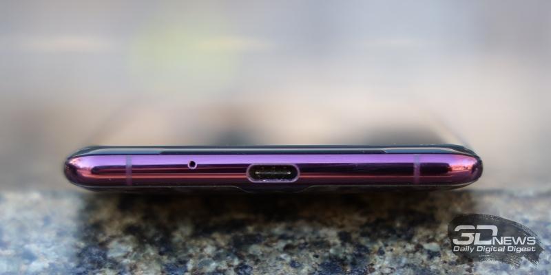 Sony Xperia XZ3, нижняя грань: разъем USB Type-C и микрофон