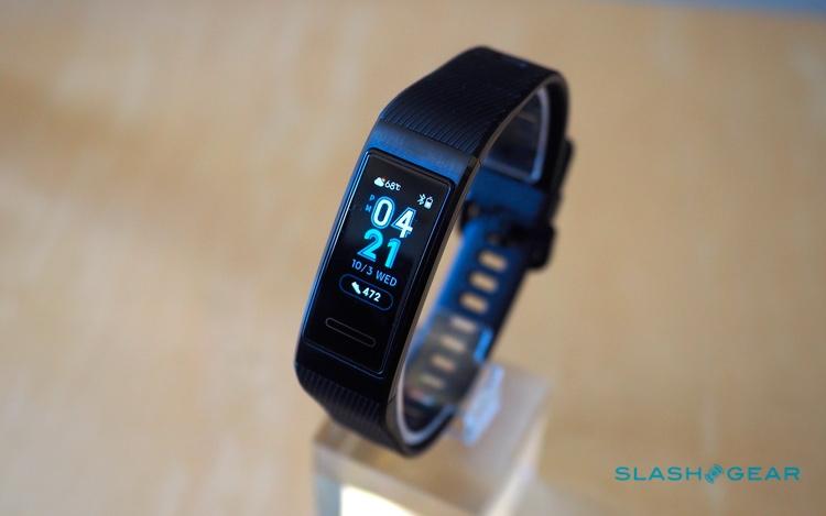 Самое заметное изменение в Huawei Band 3 Pro — ставший цветным дисплей. Источник фото: SlashGear.com