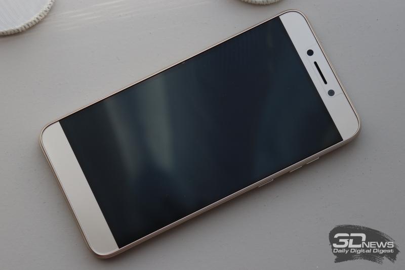 BQ Twin Pro, лицевая панель: над экраном – фронтальная камера, датчик освещения и разговорный динамик, под экраном – сенсорные навигационные клавиши
