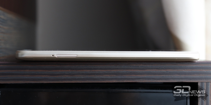 BQ Twin Pro, левая грань: слот для карточек nano-SIM и microSD