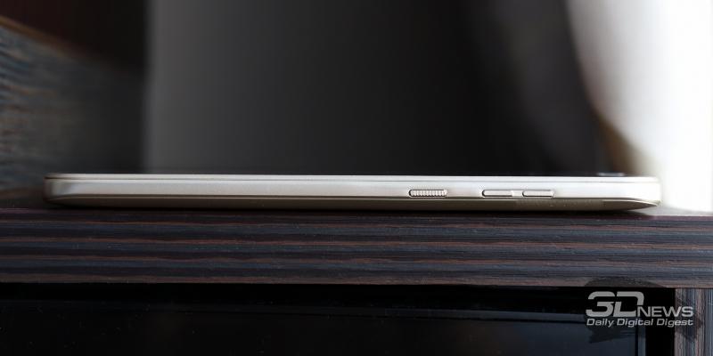 BQ Twin Pro, правая грань: клавиша регулировки громкости/спуска затвора камеры и кнопка включения