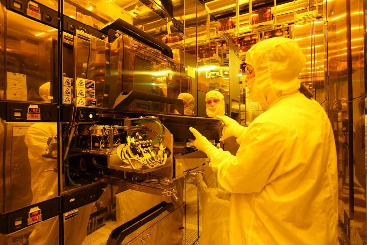 В «чистой» комнате производственного комплекса IM Flash Technologies