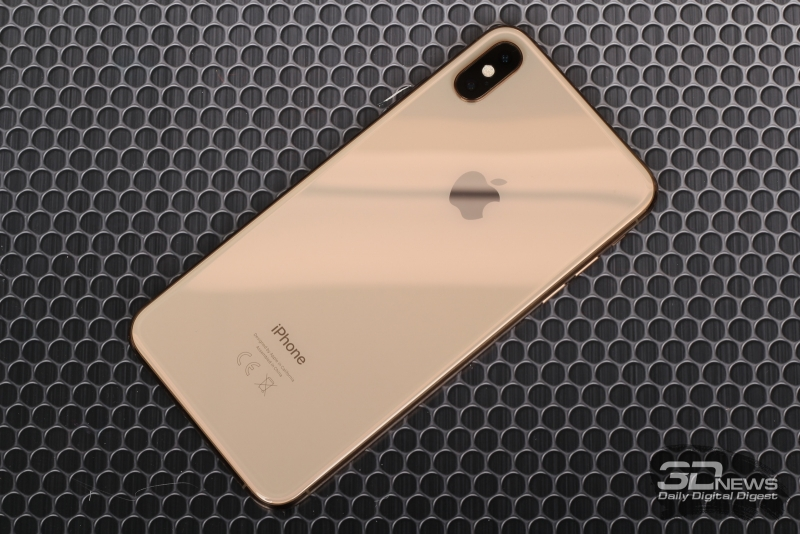 iPhone Xs Max, задняя панель: в углу – блок камеры с двумя объективами, микрофоном и вспышкой с многочисленными светодиодами