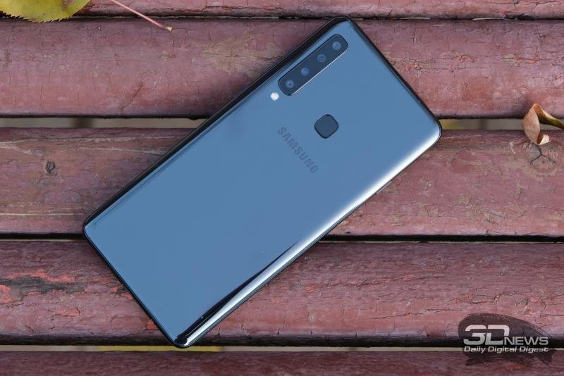 Samsung Galaxy A9 (2018), задняя панель: в левом углу – блок из четырех объективов и отдельно стоящая одинарная вспышка, по центру – сканер отпечатков пальцев