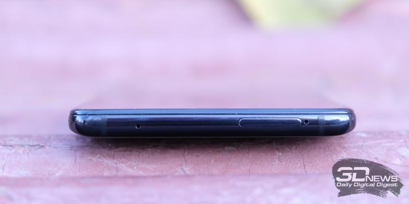 amsung Galaxy A9 (2018), верхняя грань: микрофон и слот для SIM-карт и карты памяти