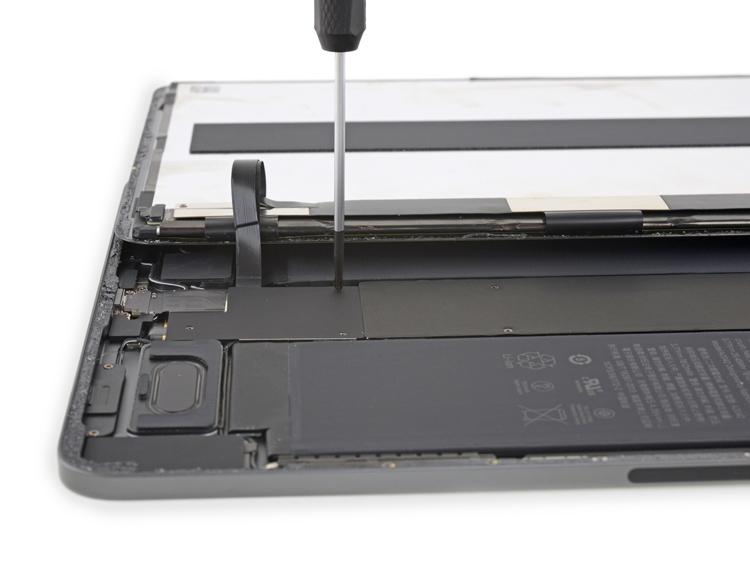 """Вскрытие iPad Pro 11"""": планшет практически не подлежит ремонту"""""""