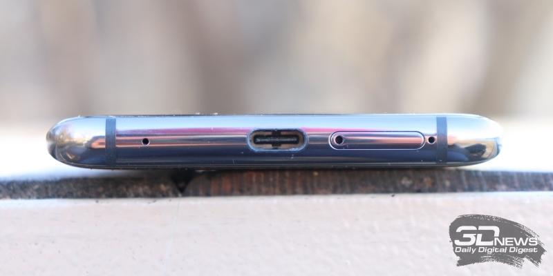 Huawei Mate 20 Pro, нижняя грань: порт USB Type-C (также служащий выводом для динамика), два микрофона и слот для двух SIM-карт или одной симки и карты памяти nanoSD